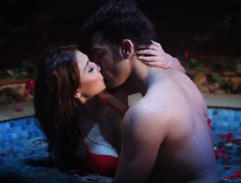 Pratysha Banerjee kiss